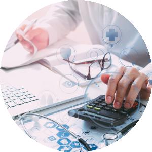 Die Hände eines Arztes am Schreibtisch mit Tastatur und Taschenrechner