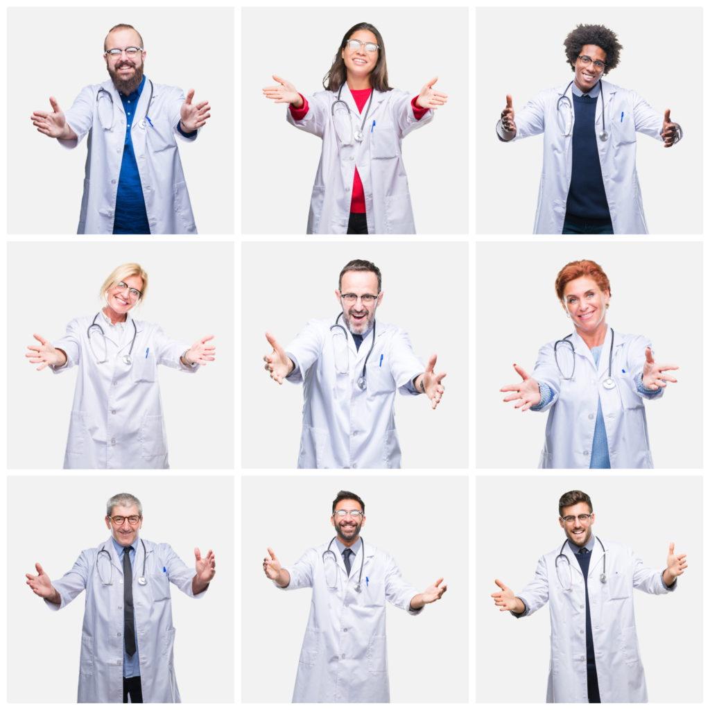 Freundliches medizinisches Personal mit offenen Armen.