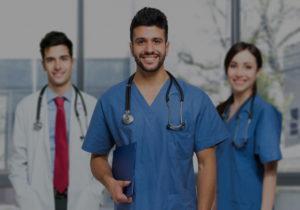 Drei Ärzte lächelnd