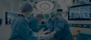 Vier Ärzte bei einer OP